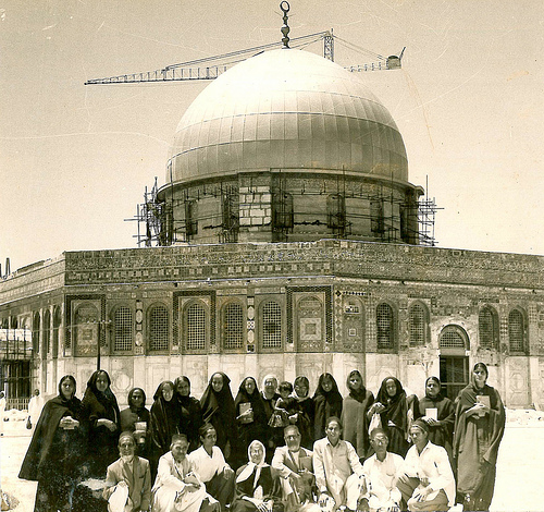 Indian Muslim pilgrims in front of the Dome of the Rock, in the center is Begum Mariyam Ansari, wife of Shaykh Khwaja Nazir Hasan Ansari, 1965. © Ahmad al-Ansari.